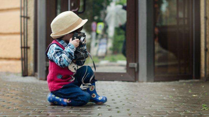 мальчик с фотокамерой